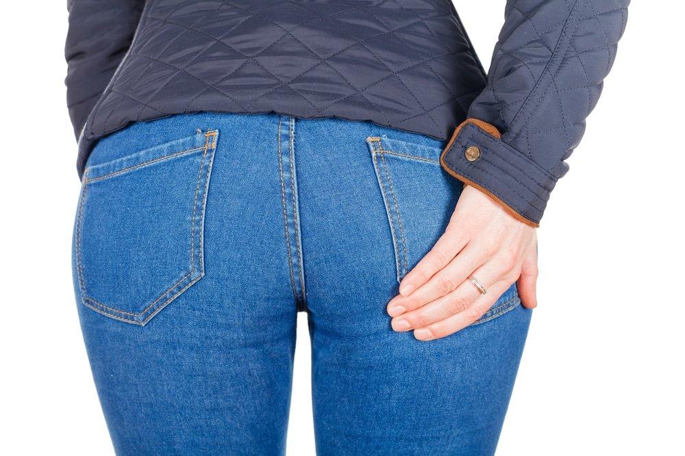попа девушки в джинсах